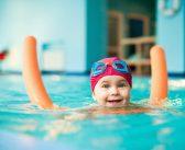 چند مرحله برای آشنا کردن کودک با شنا و آب